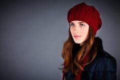 Ragazza in una protezione di inverno sull'oscurità Fotografia Stock Libera da Diritti