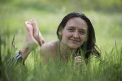 Ragazza in una radura della foresta Fotografia Stock