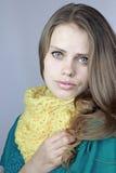 Ragazza in una sciarpa gialla fotografie stock libere da diritti