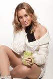 ragazza in una spalla nuda del maglione bianco Fotografie Stock