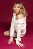 ragazza in una spalla nuda del maglione bianco Fotografia Stock Libera da Diritti
