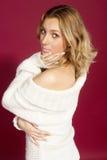 ragazza in una spalla nuda del maglione bianco Fotografia Stock