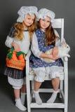 Ragazza in uno stile rustico con il coniglietto di pasqua Immagini Stock