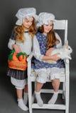 Ragazza in uno stile rustico con il coniglietto di pasqua Fotografie Stock Libere da Diritti