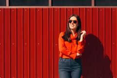 Ragazza urbana che indossa gli occhiali da sole freschi all'aperto fotografia stock libera da diritti
