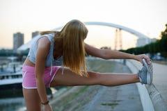 Ragazza urbana di forma fisica che allunga la sua gamba Fotografia Stock