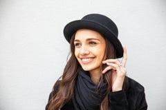 Ragazza urbana sorridente con il sorriso sul suo fronte Ritratto di gir alla moda che indossa uno stile del nero della roccia div Immagine Stock