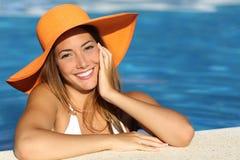 Ragazza in vacanza con un sorriso bianco perfetto fotografie stock libere da diritti