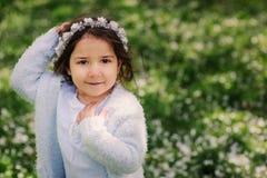 Ragazza vaga felice sveglia del bambino del bambino che cammina nel giardino di fioritura della molla, celebrante pasqua all'aper fotografie stock