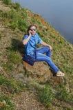 Ragazza in vestiti blu, occhiali da sole d'uso parlante sul telefono di estate sulla via Immagine Stock Libera da Diritti