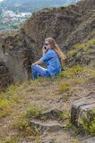 Ragazza in vestiti blu, occhiali da sole d'uso parlante sul telefono di estate sulla via Fotografia Stock Libera da Diritti