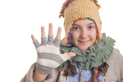 Ragazza in vestiti caldi di inverno che mostrano cinque Fotografia Stock Libera da Diritti