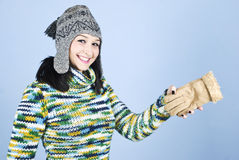 Ragazza in vestiti di inverno che hanno divertimento Fotografia Stock