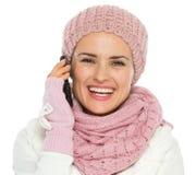 Ragazza in vestiti di inverno del knit che fanno chiamata di telefono immagini stock