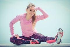 Ragazza in vestiti sportivi che esercita e che esamina distanza dal mare, stile di vita attivo sano immagine stock