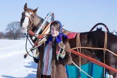 Ragazza in vestiti tradizionali russi Immagine Stock