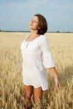 Ragazza in vestito bianco sul campo di frumento Fotografie Stock