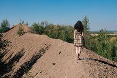 Ragazza in vestito che cammina lungo la cima della montagna Fotografie Stock Libere da Diritti