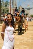 Ragazza in vestito da Feria con il cavallo ed il carrello Immagini Stock Libere da Diritti