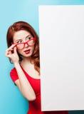 Ragazza in vestito e vetri rossi con il bordo bianco immagine stock libera da diritti