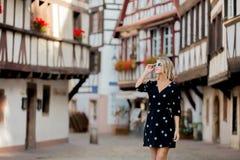 Ragazza in vestito nero che cammina giù la via a Strasburgo fotografia stock libera da diritti
