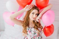 Ragazza in vestito romantico con i palloni sotto forma di un cuore fotografia stock libera da diritti