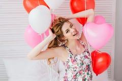 Ragazza in vestito romantico con i palloni sotto forma di un cuore immagini stock libere da diritti