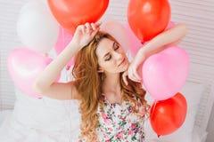 Ragazza in vestito romantico con i palloni sotto forma di un cuore immagine stock