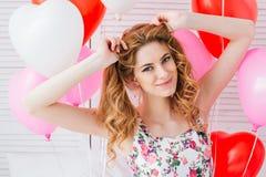 Ragazza in vestito romantico con i palloni sotto forma di un cuore fotografie stock