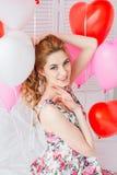 Ragazza in vestito romantico con i palloni sotto forma di un cuore immagini stock