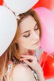 Ragazza in vestito romantico con i palloni sotto forma di un cuore fotografia stock