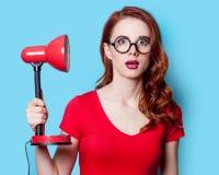Ragazza in vestito rosso con la lampada Fotografia Stock