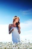 Ragazza in vestito sul giacimento di fiori della margherita Fotografie Stock Libere da Diritti