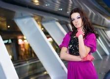 Ragazza in vestito viola Fotografia Stock