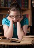 Ragazza in vetri che legge un libro Fotografia Stock Libera da Diritti