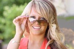 ragazza vicina che osserva sopra alto adolescente dei sunnglasses Fotografia Stock Libera da Diritti
