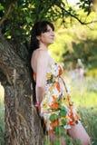 Ragazza vicino ad un albero Immagini Stock