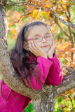 Ragazza vicino ad un albero nel parco Immagini Stock Libere da Diritti