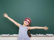 Ragazza vicino al consiglio scolastico Immagini Stock Libere da Diritti