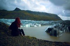 Ragazza vicino al ghiacciaio Islanda Islanda di Vatnajokull Immagini Stock