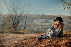 Ragazza vicino al lago Zakrzowek a Cracovia, Polonia fotografia stock libera da diritti
