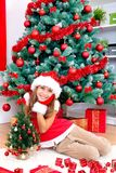 Ragazza vicino all'albero di Natale immagini stock libere da diritti