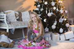 Ragazza vicino all'albero di Natale con i presente ed i giocattoli, scatole, Natale, nuovo anno, stile di vita, festa, vacanza, S Fotografie Stock