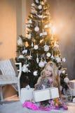 Ragazza vicino all'albero di Natale con i presente ed i giocattoli, scatole, Natale, nuovo anno, stile di vita, festa, vacanza, S Fotografia Stock Libera da Diritti