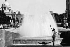 Ragazza vicino alla fontana in Città Vecchia Belgrado Serbia Fotografia Stock