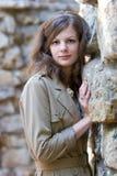 Ragazza vicino alla parete di pietra Fotografia Stock Libera da Diritti