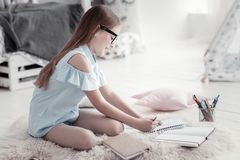 Ragazza vigorosa che si siede sul pavimento Fotografie Stock