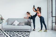 Ragazze adatte che preparano allenamento delle gambe La gamba che allunga la donna di forma fisica di esercizio che fa il riscald Fotografie Stock Libere da Diritti