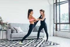 Ragazze adatte che preparano allenamento delle gambe La gamba che allunga la donna di forma fisica di esercizio che fa il riscald fotografia stock