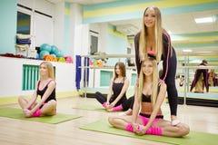 Ragazze adorabili che fanno allungando gli esercizi in palestra Fotografia Stock Libera da Diritti